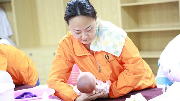 如何给新生儿宝宝巧穿衣?壹管家学院为您解答