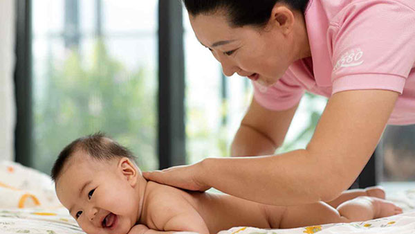 宝宝8个月还不会爬?壹管家学院为您分析!